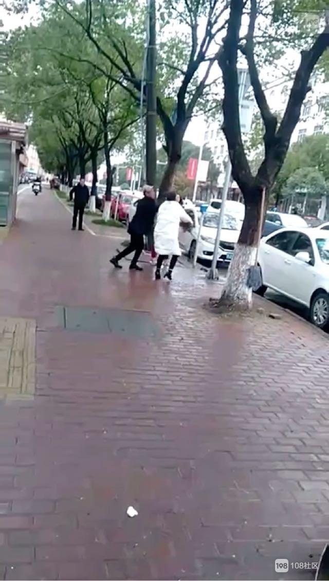 新河街头两女子拿起扫把就干架!画面实在火爆