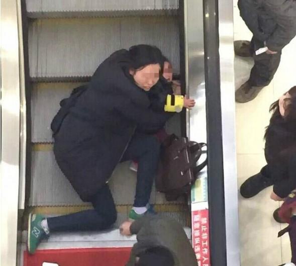 电梯吃人了!3岁大小孩扶梯上摔倒,手指被夹住一直在哭