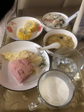 住婆家和住酒店似的!做好丰盛早餐还给我端床边吃