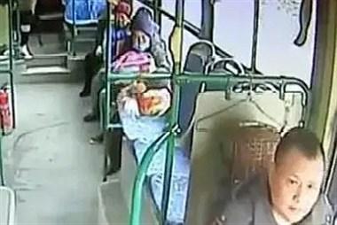 喂一个月大孩子吃小馒头公交司机一想不对劲立马求助:要报警