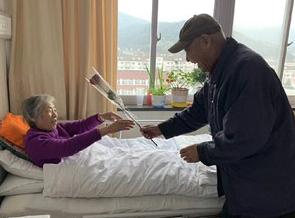 昨天骨伤医院的温情一幕!祝愿两位老人健康幸福…