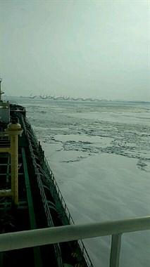 这个冰结得如此坚硬 如履平地!船还能继续开吗?
