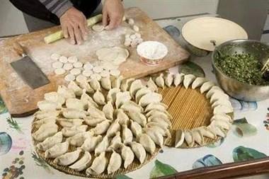 自己煎饺子时,别只会放油!多加一小步,饺子不糊锅不发黑更好吃