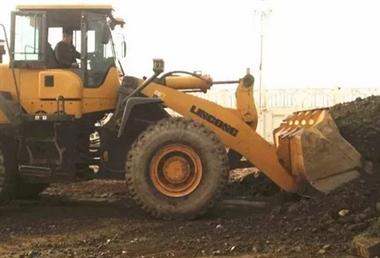 工人掉进深坑,老板不但不施救,还铲了两车土把人埋了…