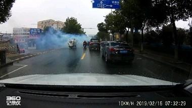 刚刚!英溪北路突然烟雾弥漫,怪吓人的老司机都不敢靠近