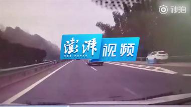 180度翻车!一车主高速违规变道,致三车连撞四脚朝天