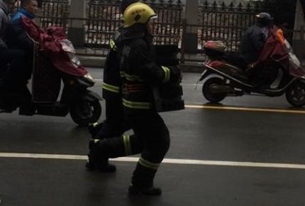 金塘某厂起火!消防队员在街上来回奔走 紧急扑灭中