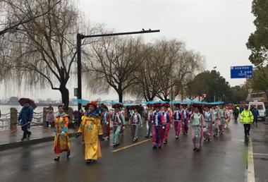 真热闹!湖州街头惊现一群古装美女,撑着油纸伞…