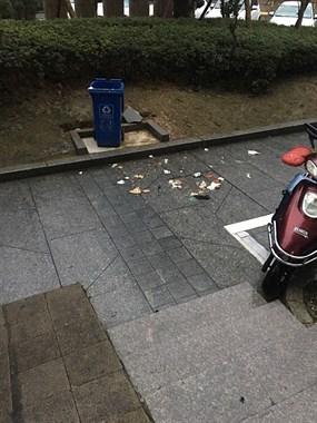 是业主素质低还是物业不作为?每天垃圾桶旁边遍地是垃圾