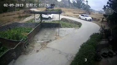 前有人开车撞坟头,后有男子开车冲入灵堂撞翻棺材!