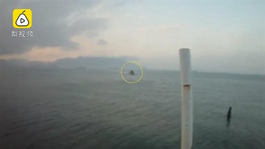 两兄弟用泡沫板冲浪,差点漂到外海