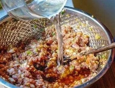 """拌饺子馅时,一定要做到这""""两步"""",吃起来才会更加好吃肉味十足"""