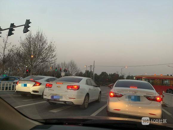 好大的排场!安吉这些司机被曝光,把后面一排车堵死太气人!