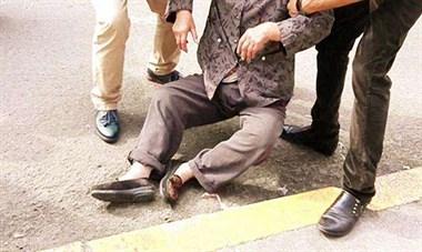 老妈在大明市看戏时摔路边坑里,被一群路过的壮汉…