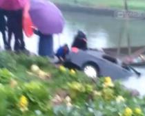 五夫一小车整个滑进河里 只因司机停车时忘了…