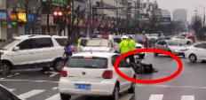 永安街电瓶车与汽车相撞,一人受伤起不来,被紧急送医!