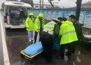 驾驶电动车睡着出车祸,车祸现场您雨中下蹲的样子帅爆了!