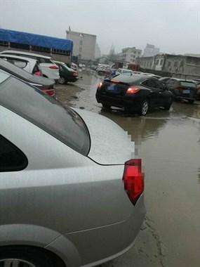 啥情况?安吉特产市场中间出现一条河!停车后得穿雨靴才能走