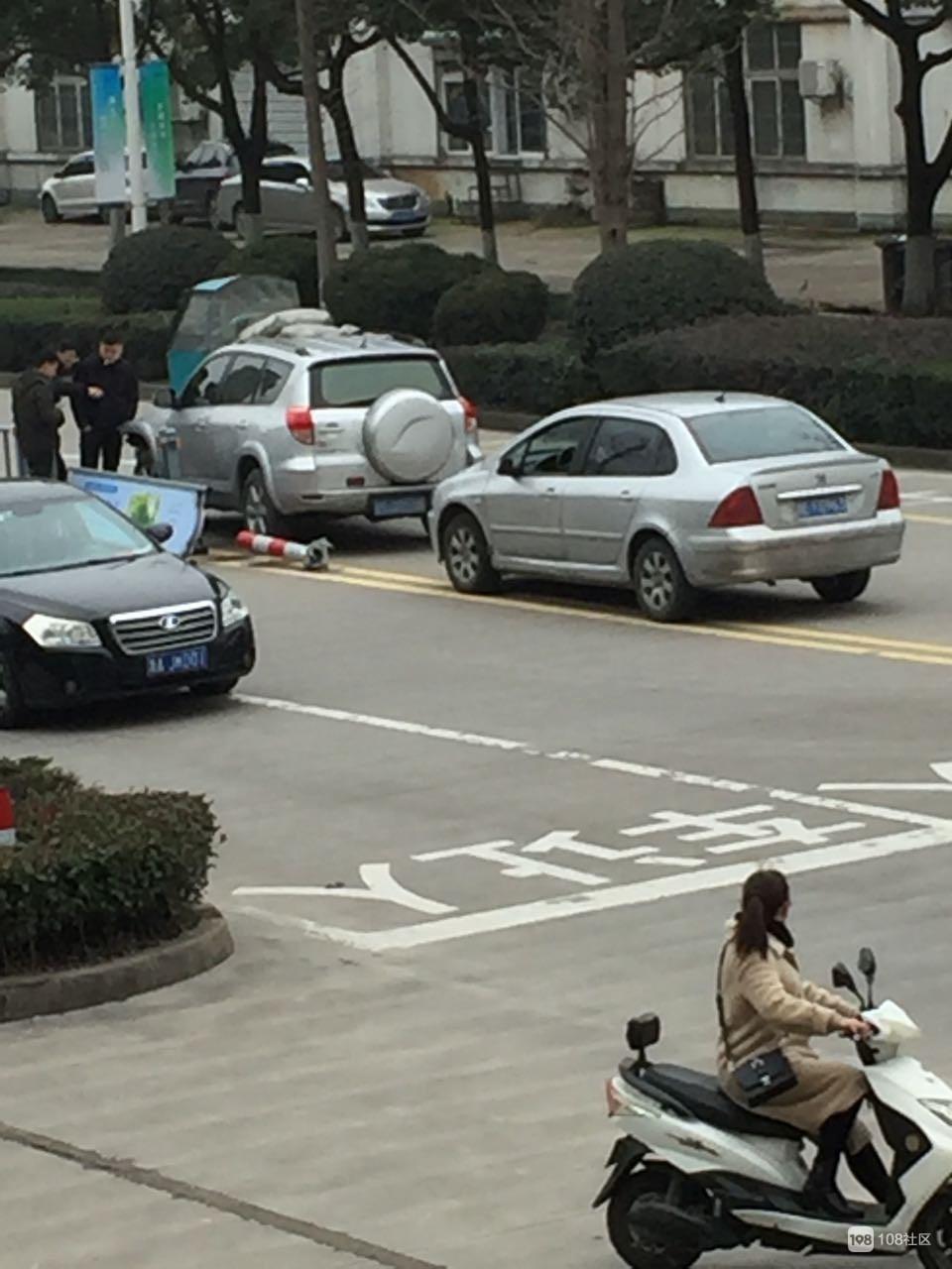 突发!安吉鸿运西路转椅市场门口发生车祸,隔离护栏被撞坏