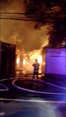 突发!夏履莲东纸板仓库着火!来了7辆消防车41名消防官兵
