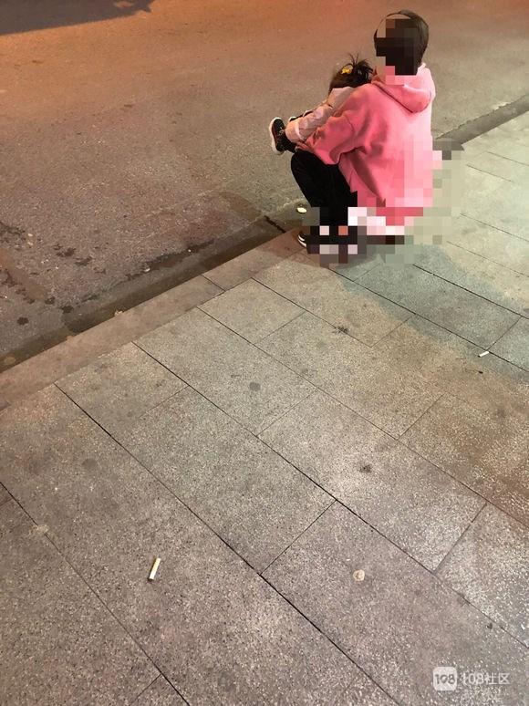 小孩外出急上厕所,安吉妈妈对着马路就让她尿,真的合适吗