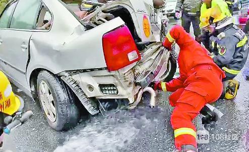 危急!安吉县城突发一起3车连撞事故,一车油箱撞破还漏油…