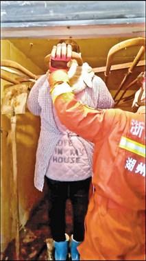 突发意外!递铺一商铺装修钢架滑落,女工头被卡住…