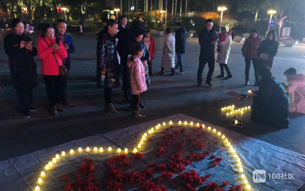 太湖边有人浪漫求婚!摆满鲜花蜡烛、路人纷纷围观拍照