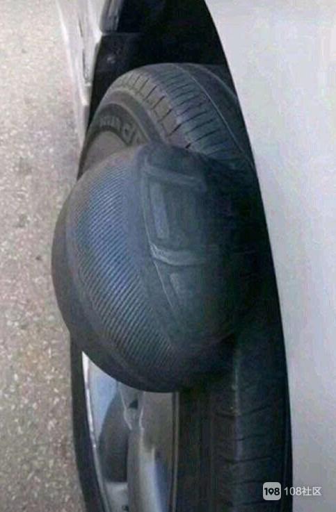 扎心了!社友开车撞坑轮胎竟然鼓包了,社友:要生小宝宝了