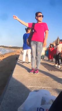 全世界的妈妈都这样拍旅游照吗?