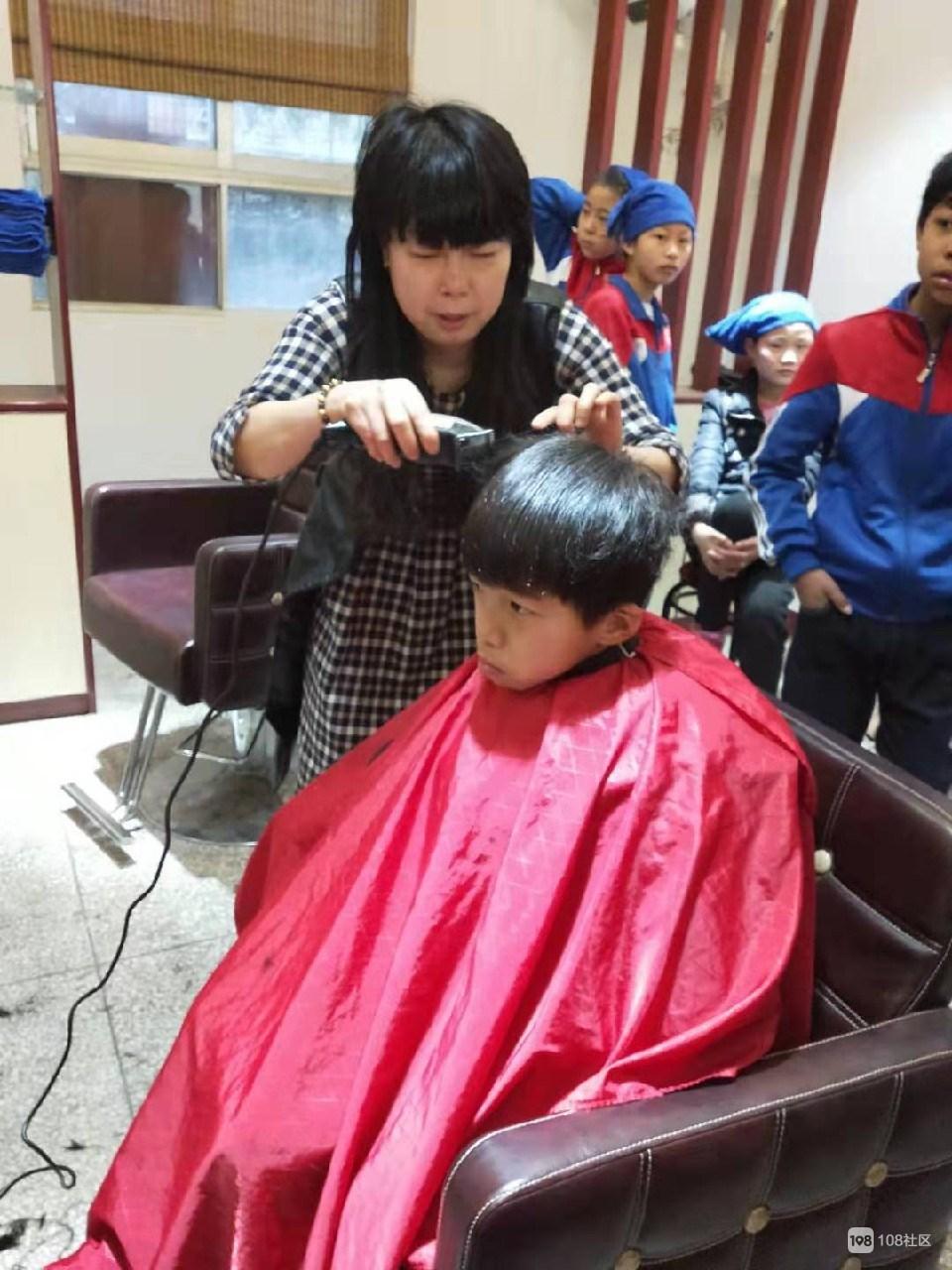 让真情满天下!瓷都美女为聋哑学校学生剪发