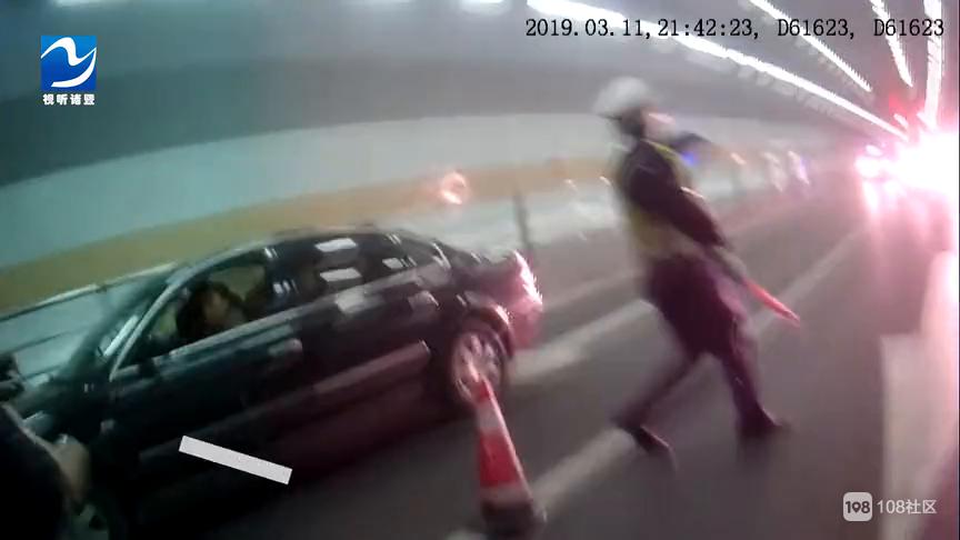 突发!诸暨一面包车撞倒交警拖行十米!现场视频曝光