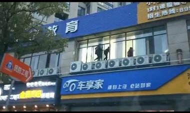 """三个男孩上演武侠大片!在楼上""""飞檐走壁"""",看得惊心动魄"""