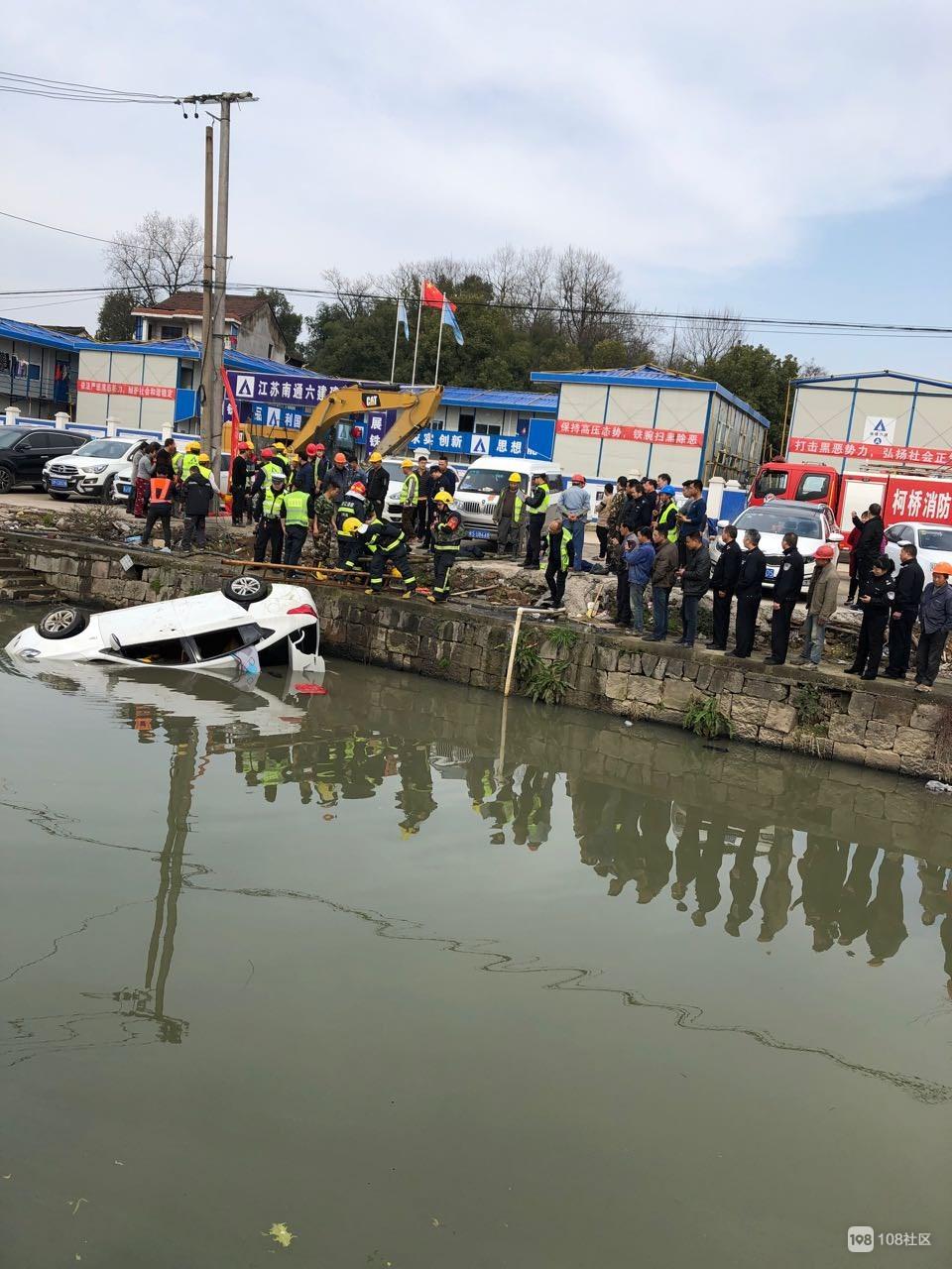 突发!湖塘街道车子掉河里,救护车和消防车到位人被紧急拉走