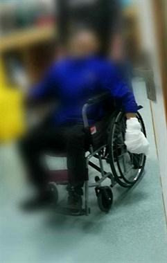 悲剧!医院门口一小伙左手被碾碎血肉模糊,只因一个疏忽…