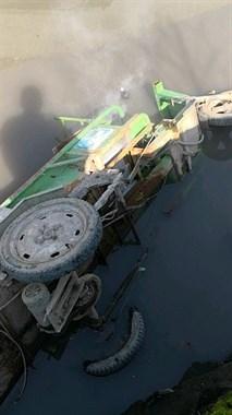 丰惠一三轮车掉入河中,车子还在冒烟,可旁边却没人