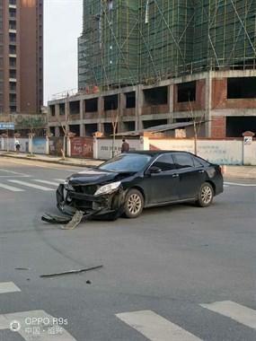 城西十字路口发生车祸!生命可贵且行且珍惜