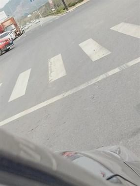 阮庙红绿灯处有暗器!开车经过轮胎保准中招,司机们小心!