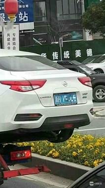 半个身子都在外面,衢州这事故车有了救援怕也不安全
