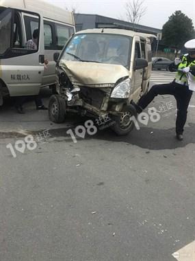 曹娥街道两车相撞,面包车司机被摔出车子已送进医院