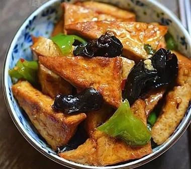 豆腐、木耳 、青椒、一起炒,居然比大鱼大肉还好吃!