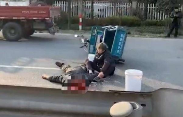 恐怖车祸!男子被卡车撞倒后惨遭爆头,现场一片血腥
