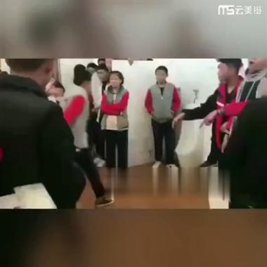 视频流传!福建一中学男厕内,3男生殴打女生!警方介入!
