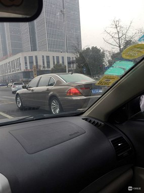 某宝马司机中央大道上干这事,社友:欠长兴人一句对不起