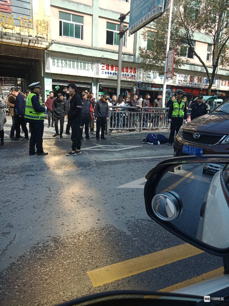 里村发生车祸事故!一汽车撞上老人 躺在路边动不了