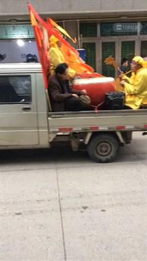 大溪这村好热闹!男女老少全都扛着大旗在街上走
