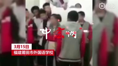 初中女生遭3男生脚踹围殴 多名学生围观起哄