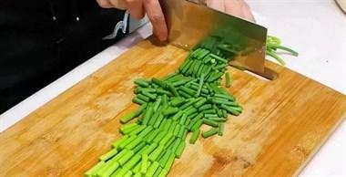 炒蒜苔时,直接下锅是大错特错,加上这种蔬菜,味道鲜美又营养