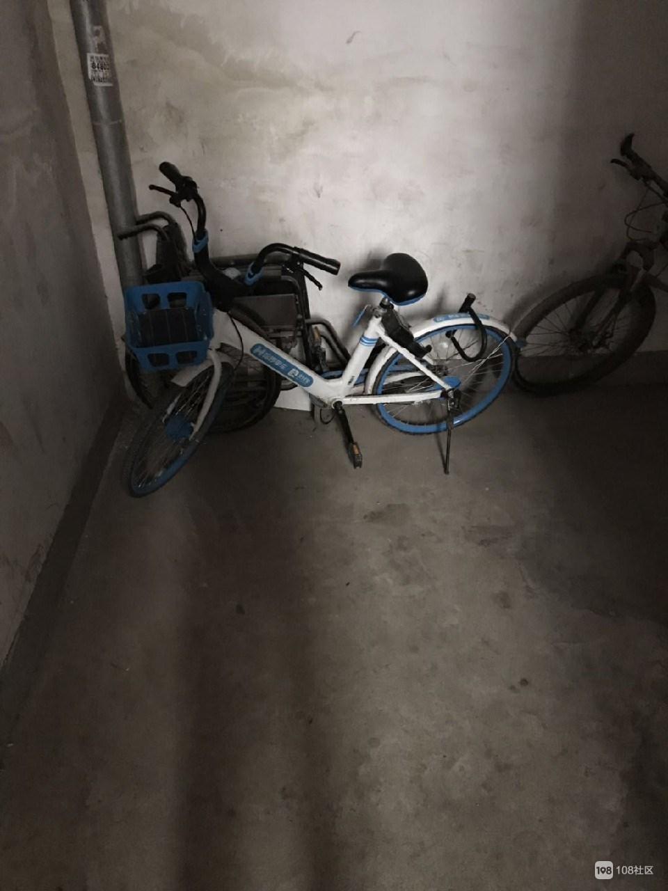 素质呢?时代广场楼道惊现共享单车!还被人上了锁