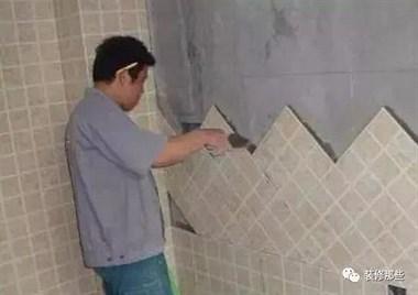 贴砖到底用瓷砖胶好还是水泥好?后悔我家装错现在只能吃灰了!